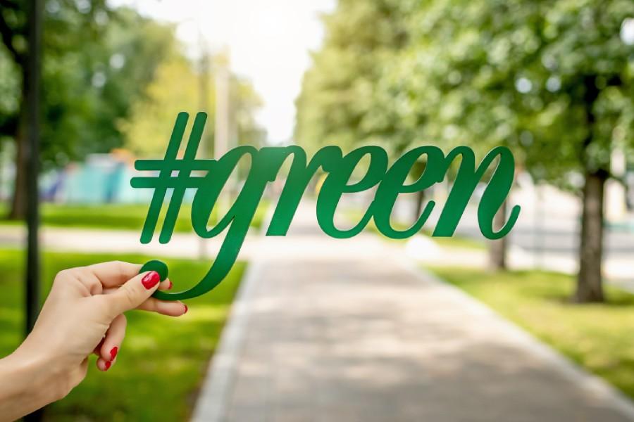 Young & Green - mano che regge la scritta Green